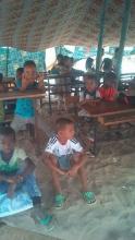 التلاميذ داخل الخيمة التي نصبت بديلا عن فصلهم الدراسي المتهالك