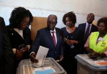 الرئيس الزيمبابوي السابق روبيرت موغابي لدى إدلائه بصوته في الانتخابات 30-07-2018.