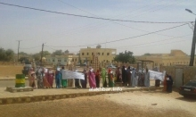 """احتجاجات سكان قرية """"اتريدات"""" أمام مباني الولاية في العيون عاصمة الحوض الغربي (الأخبار)"""