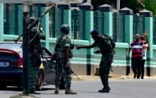 """جنود """"متمردون"""" أمام معسكر للجيش وسط آبيدجان 12 مايو 2017."""
