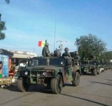 إحدى آليات الجيش السنغالي داخل الأراضي الغامبية