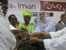 عيشتا كان تتسلم درع شبكة إفريقيا للنساء والمجتمع المدني بنواكشوط خلال شهر يونيو عام 2018 الماضي ـ أرشيف