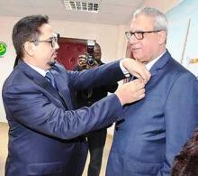 الملحن المصري راجح سامي داود خلال توشيحه بوسام فارس في نظام الاستحقاق الوطني الموريتاني (وما)