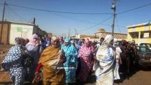 وقفة احتجاجية نظمها الأهالي صباح اليوم في محيط قصر العدل بالعيون (الأخبار)