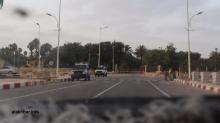 سيارة لأمن الطرق، وأخرى للشرطة في ركن الساحة الذي يلي القصر الرئاسي (الأخبار)