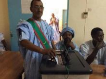 عمدة بلدية العيون أثناء تصويته في انتخاب نوابه بعيد تنصيبه مساء اليوم الأحد