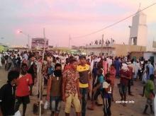 تجمعت الجماهير داخل جامع جعفر الطيار وفي الساحة الواقعة أمامه (الأخبار)