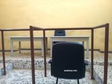 كرسي الاتهام حيث جلس قائد فرقة الدرك في روصو إبراهيم ولد الكور لقراءة ردوده على التهم الموجهة إليه من حزمة أوراق كانت بحوزته (الأخبار)