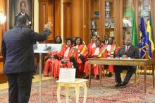 أحد أعضاء الحكومة الغابونية يؤدي اليمين الدستورية.