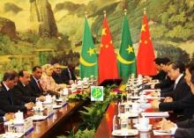 الرئيس الموريتاني محمد ولد عبد العزيز خلال اجتماعه مع مسؤولين صينين خلال زيارته للصين سبتمبر 2015 (وما)