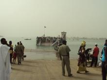 العبارة الناقلة بين موريتانيا والسنغال قبيل رسوها على الجانب الموريتاني من النهر
