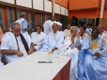 عضو مجلس الشيوخ الموريتاني محمد ولد غده (الأول من اليسار) خلال حضوره للندوة مساء اليوم (الأخبار)