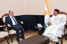 الرئيس النيجيري محمدو إسوفو والسفير التركي بالنيجر حسين أوزدمير.