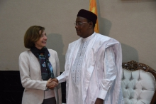 رئيس النيجر محمدو إسوفو ووزيرة الجيوش الفرنسية فلورنس بارلي.