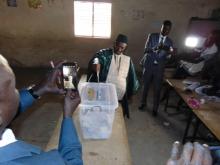 الحاج عيسى صال: المترشح للانتخابات الرئاسية السنغالية خلال الإدلاء بصوته الأحد.