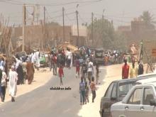 شباب وأطفال صغار السن يقودون مظاهرة قرب سوق الخشب بمقاطعة الميناء ـ (الأخبار)