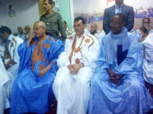 من اليسار منسق الحملة جا مختار ملل إلى جانب الوالي ونائب رئيس الحزب الحاكم (تصوير الأخبار)