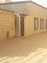 من اليمين منزل جيران بنت سيدي محمد حيث يقع باب سلالمهم  وجزء من صالونهم في قطعتها الأرضية حسب قولها