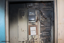 آثار الحريق في وحدة التحكم وعداد الكهرباء بمقر وزارة التهذيب ـ (الأخبار)