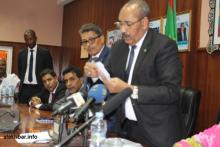 وزير الداخلية وولاة نواكشوط الثلاثة أثناء فرز نتائج التصويت على نواب رئيسة المجلس الجهوي ـ (أرشيف الأخبار)