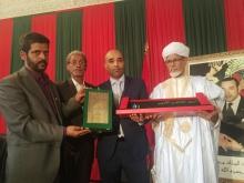 الشيخ الخليل النحوي خلال استلام تكريمه في ملتقى عيون الأدب