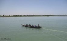 قارب ينقل مسافرين على الحدود بين موريتانيا والسنغال قرب مدينة روصو ـ (أرشيف الأخبار)