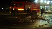 سيارة الحماية المدنية تقوم بتعقب آثار الإطارات المشتعلة في الحنفية السادسة مساء اليوم  (تصوير الأخبار )