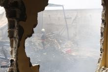 لا تزال فرق الإطفاء تعمل على إخماد الحريق الذي تسبب في خسائر مادية كبيرة (الأخبار)