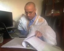 """ولد صلاحي يقلب صفحات كتاب """"أحمد الزركة"""" بعد استعادته من الأمريكيين (الأخبار)"""