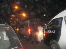 الشرطة خلال اقتيادها مساء أمس لرافعي العلم القديم خلال مسيرة المعارضة (الأخبار)