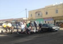 """مواطنون يزيلون مخلفات احتجاجات أمس من منطقة المنعطف الثاني في حي السعادة """"ملح"""" بمقاطعة توجنين (الأخبار)"""