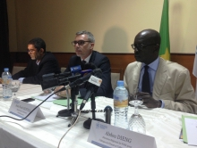المدير الإقليمي لبرنامج الغذاء العالمي في منطقة غرب ووسط إفريقيا عبد دينغ (يمين) خلال المؤتمر الصحفي أمس (الأخبار)
