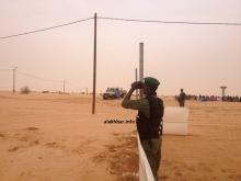 دركي موريتاني يراقب المنطقة من داخل مدينة انبيكت الأحواش (الأخبار - أرشيف)