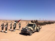 الرئيس الصحراوي رفقة وزير الدفاع وقائد الناحية العسكرية الثانية خلال الاستعراض العسكري ـ (الأخبار)