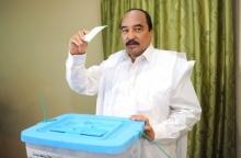 الرئيس الموريتاني محمد ولد عبد العزيز خلال الإدلاء صوته في الاستفتاء الدستوري.