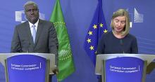 مفوض الاتحاد الإفريقي موسى فاكي وفيديريكا موغريني مسؤولة السياسة الخارجية بالاتحاد الأوروبي.