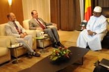 السفير الأمريكي بمالي ابول افولمسبي خلال لقائه بالرئيس المالي ابراهيم بوبكر كيتا.
