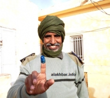 أحد عناصر قوات الحرس أثناء الإدلاء بصوته في الشوط الثاني من الانتخابات البلدية 2013 (الأخبار- أرشيف)