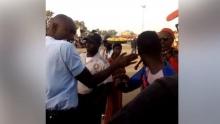 وكيل الشرطة بصدد صفع مواطن سنغالي (صورة ملتقطة من الفيديو المتداول).