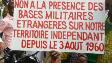 إحدى اللافتات المرفوعة خلال الاحتجاجات بالنيجر رفضا للقواعد العسكرية الأجنبية في البلاد