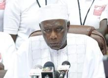 آليو مومار انجاي رئيس لجنة الانتخابات الغامبية في مؤتمر صحفي سابق، قبل أن يلجأ إلى السنغال.