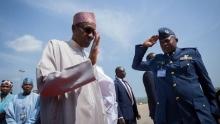 الرئيس النيجيري محمدو بخاري لدى مغادرته البلاد في رحلته العلاجية.