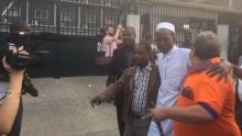 بعض الصحفيين خلال لحظة الإفراج عنهم.