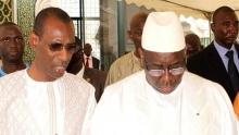 من اليمين الرئيس السنغال ماكي صال، ومن الشمال وزير الداخلية عبدو الله داوودا جالو بالجامع الكبير في داكار.