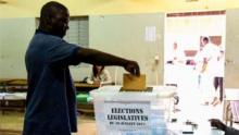 ناخب سنغالي خلال الإدلاء بصوته في انتخابات 30 يوليو التشريعية.