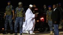الرئيس الغامبي السابق يحيى جامي محاطا ببعض حرسه.