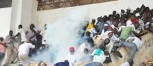 بعض مشجعي الفريقين أثناء التدافع إثر إطلاق الشرطة القنابل المسيلة للدموع.
