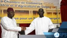 وزير الاندماج في الحكومة السنغالية امبانييك انداي ورئيس فريق العمل المعني بحرية وتبادل البضائع بالإيكواس خلال حفل توقيع الاتفاق بداكار.