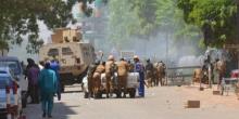 جنود بوركينيون بالقرب من مقر قيادة الجيش، بعد هجوم واغادوغو الجمعة 02 مارس 2018.