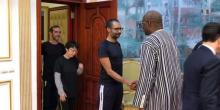 الرئيس البوركيني روك مارك كريستيان كابوري لدى استقباله الرهائن المحررين